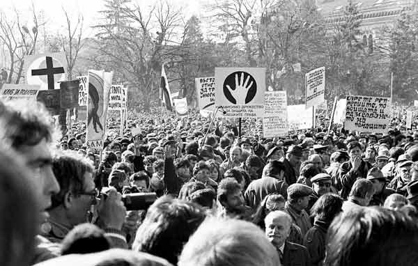 Днес мнозина се учудват на лозунгите и плакатите на този първи свободен митинг на 18 ноември 1989 г. Снимка: Иван Бакалов