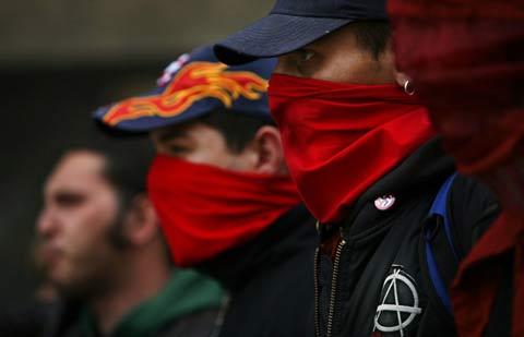 Повечето от участниците в митинга на анархистите пред Народния театър закриваха лицата си с кърпи. Снимка: Валентина Петрова