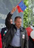 Премиерът Станишев размахва знамето на ЕС, заедно с червеното знаме. Снимка: Булфото