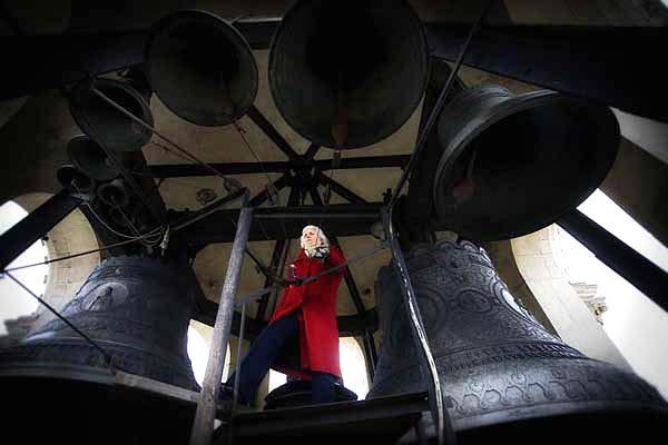 """Утринта на 25 декември дванадесетте камбани на храм """"Св. Александър Невски"""" оповестяват Коледа с тържествен звън. Човекът, който развързва езиците на 12-те камбани, е 82-годишната Мария Зъбова. Снимка: Валентина Петрова"""