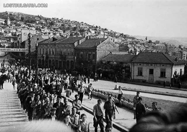 Партизани под строй навлизат във Велико Търново на 9 септември 1944 г. Снимка: Изгубената България - lostbulgaria.com