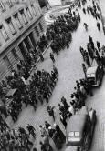 Въоръжени групи пътрулират по жълтите павета край царския дворец в София на 10 септември 1944 г. Снимка: Изгубената България - lostbulgaria.com