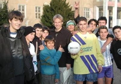 Юрген Клинсман сред децата, подпомагани от фондацията му. Снимка: сайт на