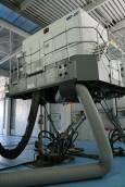 Само 6 симулатора за MD80 с пълна 6-степенна симулация има в Европа, единият е в България. Вижда се пилотската кабина. Горе в момента се обучават турски пилоти. Големият пълен полетен тренажор може да  симулира 400 отказа, които могат да се случат във въздуха, а пилотите трябва да вземат правилното решение. Снимка: Нели Томова