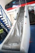 Пързалката за евакуация на пътниците е спусната. Всички трябва да напуснат самолета по нея. Снимка: Нели Томова