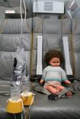 С тази кукла стюардесите трябва да тренират слагане на кислородна маска и евакуация на майка с дете. Снимка: Нели Томова