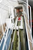 Дидо демонстрира спускане на пързалката за евакуация на пътниците. Снимка: Нели Томова