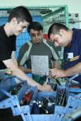 В работилница на Частния транспортен колеж за авиационно образование и обучение се обучават бъдещи шлосери на