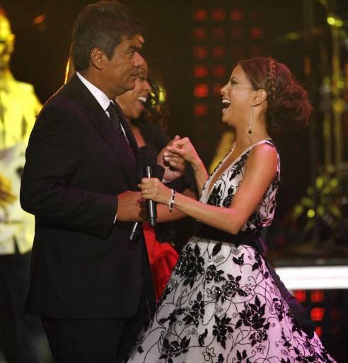Водещите Ева Лонгория-Паркър и Джордж Лопес танцуват в края на церемонията по връчване на наградите АЛМА в Лос Анжелис. Снимка: Ройтерс