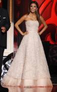 """Ева Лонгория-Паркър позира пред камерите по време на церемонията по връчване на наградите """"АЛМА"""" в Лос Анжелис. Снимка: Ройтерс"""