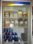 Хладилник в Смарт шопа. На горния рафт са кутии с наркотичните гъби, на долния -  минерална вода и