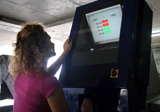 Машина за подбор на зърната на гроздето с компютърен контрол. Такива има само в най-отбрани изби в Бордо и др. из Франция, у нас е единствена. Снимки: Иван Бакалов