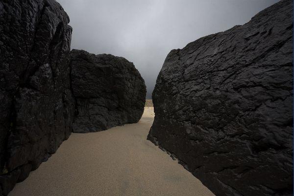Инишир. Гигантските каменни плоскости бранят малката суша от могъщите вълни. И все пак камъкът не е така коравосърдечен. Той скрито от хората се разтваря, за да им  подскаже пътя към светлината. Ако те могат да оценят това. Снимки: Иво Хаджимишев