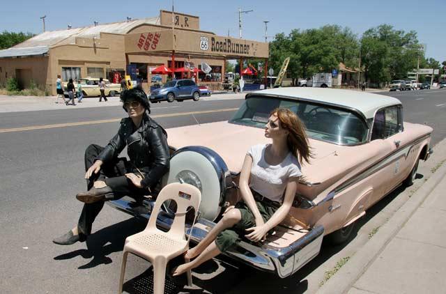 Селиман, Аризона, е градче атракция с ретро коли, ретро кукли, и десетина магазина за сувенири - живеят само от маняците, пътуващи по Път 66. Снимка: Иван Бакалов