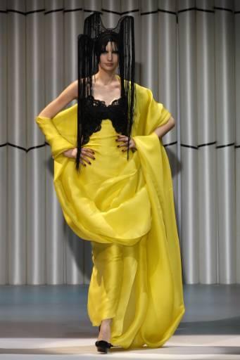 Манекенка представя модел от колекцията пролет-лято на италианския дизайнер Джорджо Армани. Снимка: Ройтерс