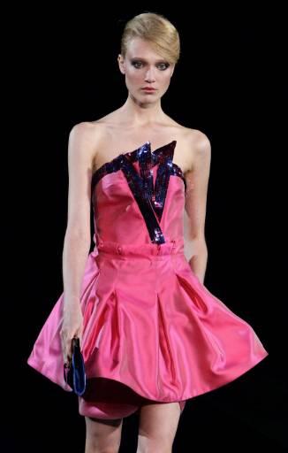 """Модел представя творение на """"Армани"""" от колекцията му пролет-лято 2010 за жени по време на Седмица на модата в Милано. Снимка: Ройтерс"""