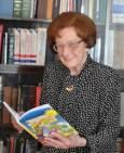 """Първи учебен ден – 90-годишната Леда Милева дари """"Зайченцето бяло"""" на първолаци"""