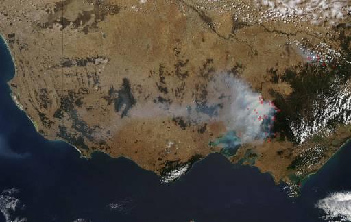 Сателитна снимка на НАСА показва горящите пожари в Австралия. Продължава борбата на хиляди пожарникари с огнената стихия във Виктория, където все още 20 пожара не са овладени. Снимка: Ройтерс