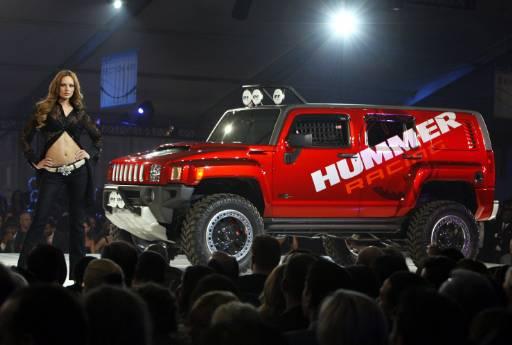"""Манекенка позира до джип """"Хамър"""" на откриването на Североамериканското международно автоизложение в Детройт. Снимка: Ройтерс"""