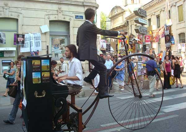 Актьори правят скечове по улицата в Авиньон, със стар велосипед, за да привлекат зрители към спектакъла си. Снимки: личен архив