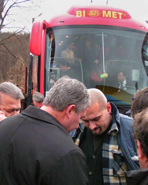 Похитителят Мирослав Блажев (с голата глава) се предава на полицията, след като отвлече автобуса София - Варна. Снимки: Булфото
