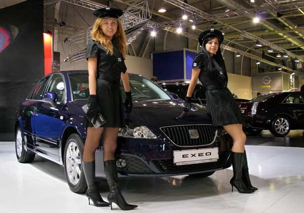 По традиция на софийския автосалон всяка фирма избира момичета, които да представят моделите, като костюмите им са съчетани със стила на марката и цветовете на експонатите. Снимка: Иван Бакалов