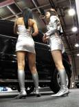 """Момичетата, които показват джиповете """"Рекстън"""" и моделите на """"Брабюс"""" по традиция са облечени в сребристи рокли. Снимки: Иван Бакалов"""
