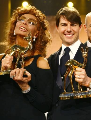 """Актьорите Том Круз и София Лорен държат своите награди """"Бамби"""", които бяха раздадени за 59-и път в Дюселдорф. Статуетките се връчват всяка година от немската медийна компания """"Хуберт Бурда Медиа"""" на знаменитости от света на шоубизнеса, литературата, спорта и политиката. Снимка: Ройтерс"""