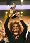 София Лорен е вдигнала високо своята статуетка. Снимка: Ройтерс