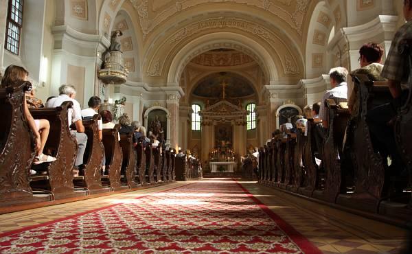 На служба в католическия храм на Дудещи Веки. Снимки: Николай Григоров