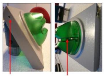 Слот на банкомат с устройство за скимиране, видян отстрани. Стрелките сочат отвора за камерата и добавения четец. Полицейска снимка, Швейцария