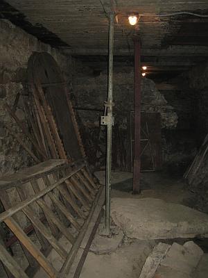Все още в катакомбите има разхвърляни стари стълби, железа и други боклуци останали от реставрационните работи. Снимки: Стефан Галибов