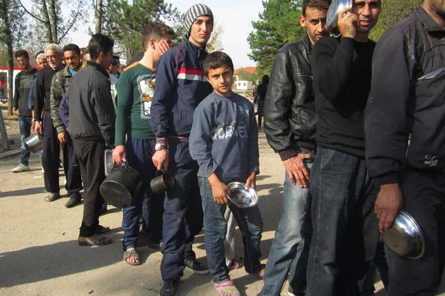 Обитатели на лагера за бежанци край Харманли на опашка за храна. Снимка: Иван Атанасов, Сакар нюз