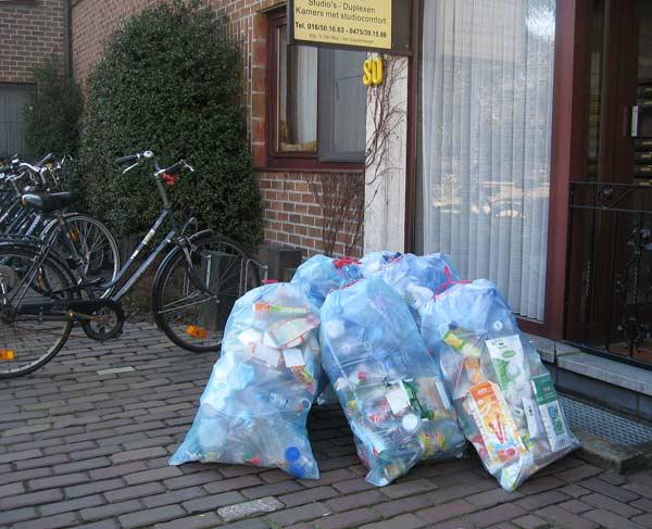 В деня преди събирането на конкретния тип боклук гражданите поставят торбите пред вратите на домовете си. Тук са сложени сини торби, в които се изхвърлят само пластмасови опаковки и картонени кутии от мляко или сок. Тъй като са леко прозрачни, лесно се вижда дали вътре е