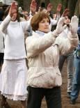 Паневритмия. С този танц-ритуал последователите на Петър Дънов посрещнаха в събота сутринта пролетното равноденствие. Снимка: Нели Томова