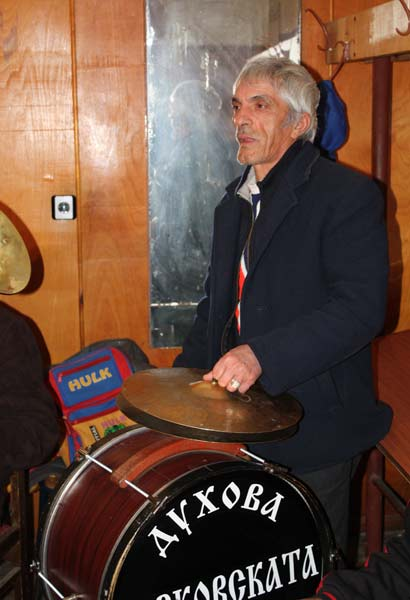 Божидар свири на тъпана в Берковската духова музика. Снимки: авторката