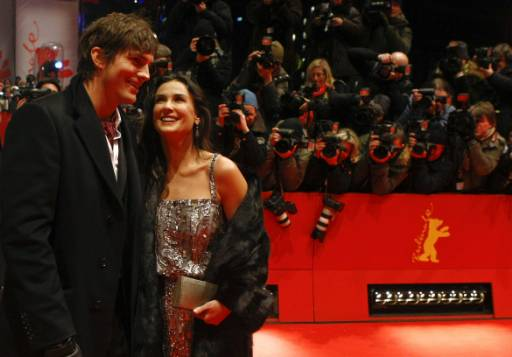 """Деми Мур и Аштън Кътчър на червения килим на кинофестивала """"Берлинале 2009"""" за премиерата на филма с нейно участие """"Щастливи сълзи"""" (""""Happy Tears""""). Снимка: Ройтерс"""