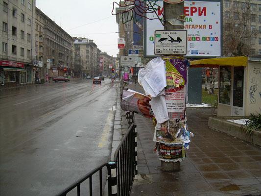 """""""Бременен"""" стълб с плакати на ул. """"Г.С.Раковски"""". Снимка: bezhaberie.com"""