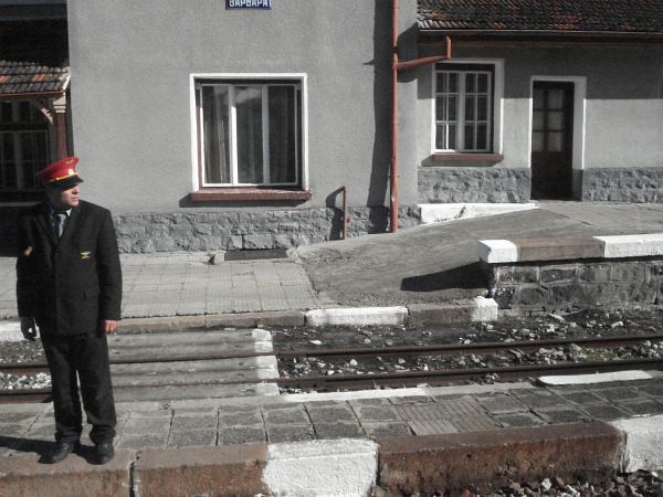 """Началникът на гара по пътя на теснолинейката Септември - Добринище, току що е дал сигнал за отпътуване на ретровлака """"Носталгия"""". Снимка: авторката"""