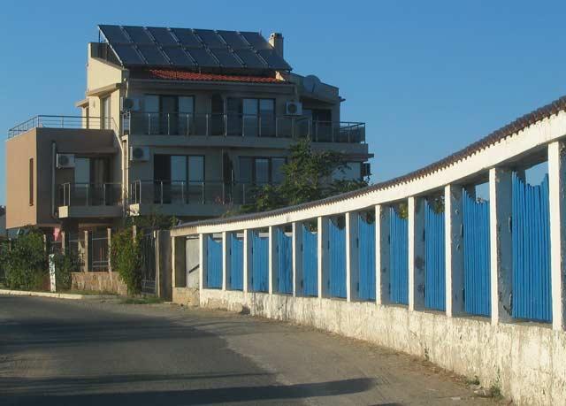Зад тази ограда е скрито морето. Боджака - българският Бевърли Хилс. Снимки: e-vestnik