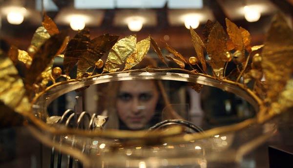 Златен венец на тракийски владетел. Изкопан от неизвестна тракийска могила. Цената му на търг може да стигне милиони. Божков не го е купил на търг. Снимка: Булфото