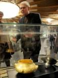 Проф. Иван Маразов на откриването на изложбата пред златен и сребърен съд. Снимка: Булфото