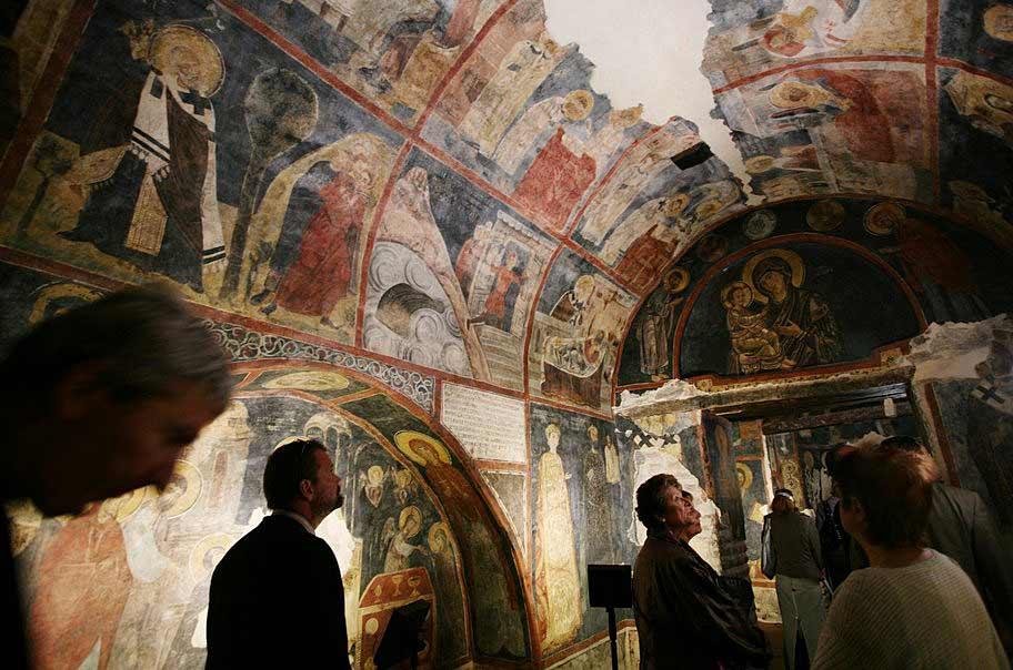 Посетители разглеждат стенописите в Боянската църква в София, строена в началото на 11 век. Църквата е включена в списъка на ЮНЕСКО за световното културно наследство и често е наричана