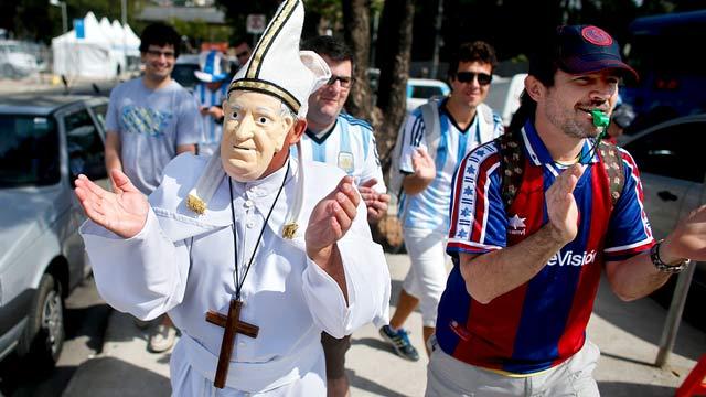 И папата е персонаж от феновете на Аржентина. Снимка: АП/БТА