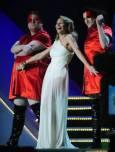 Австралийката Кайли Миноуг пее на връчването на музикалните награди