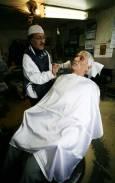 Кемал почиства лицето на един от редовните си клиенти - Бай Кольо, дядо на 73 внуци. Снимки: Валентина Петрова
