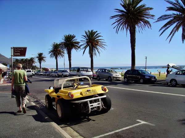 Крайбрежната улица в Кампс бей, известен курорт и луксозно предградие на Кейптаун. Снимки: авторката