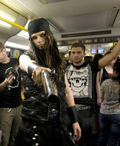 """Манекени представят модели на немски дизайнери на модното шоу """"Underground Catwalk"""" в метрото в Берлин. Снимка: Ройтерс"""
