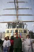 Чавес приветства събралите се на пристанището Ла Гуайра на 9 май. Снимка: Ройтерс