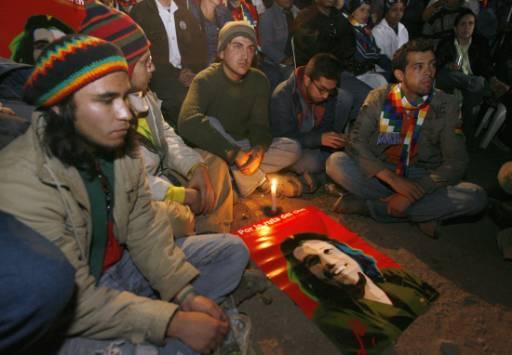 Фенове на Че Гевара участват във възпоменателна церемония в боливийското село Ла Игера, където той е убит на 9 октомври 1967 г. Снимка: Ройтерс